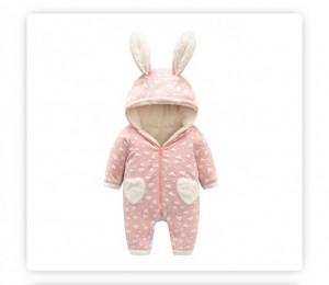 Combinezon roz piersica cu inimioare albe pentru bebelusi