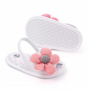 Pantofiori decupati albi cu margareta roz