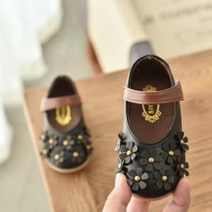 Pantofi negri cu floricele aplicate