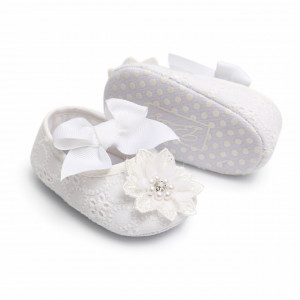 Pantofiori albi cu floricica dantelata