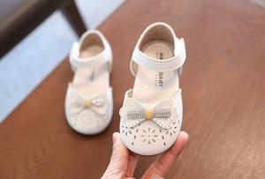Pantofi ivoire cu floricele decupate