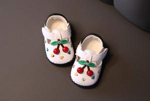 Pantofiori albi cu cirese pentru fetite