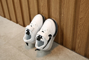 Adidasi albi cu insertie neagra