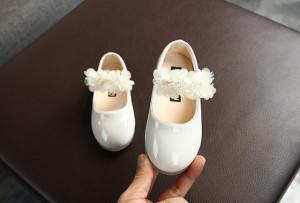 Pantofiori albi din lac cu floricele din tulle