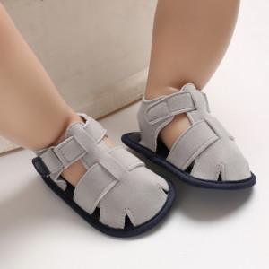 Sandalute gri, inchise in fata pentru baietei