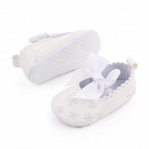 Pantofiori albi cu floricele si fundita albe