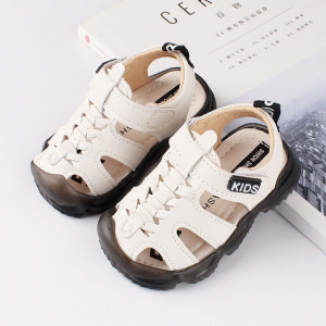 Sandale albe inchise in fata pentru baietei