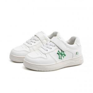 Adidasi albi pentru baietei
