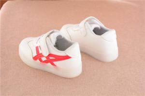 Adidasi albi cu doua dungi rosii