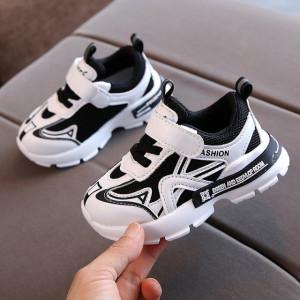 Adidasi albi cu insertii negre pentru baietei