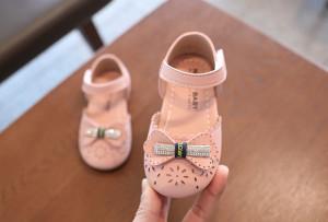 Pantofi roz cu floricele decupate