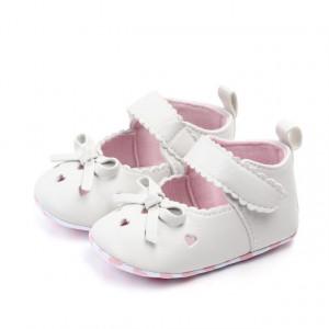 Pantofiori albi cu inimioare si fundita