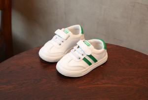 Adidasi albi cu dungi verzi