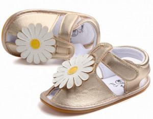 Sandalute fetite aurii cu floare alba