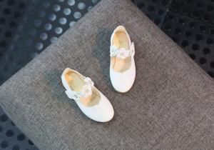 Pantofiori albi cu floricele cu perlute