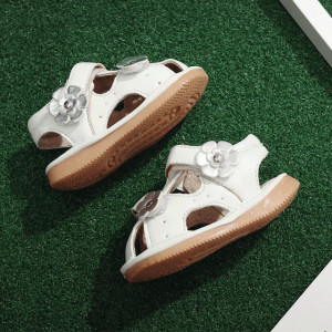Sandalute din piele, inchise in fata - Floricele argintii