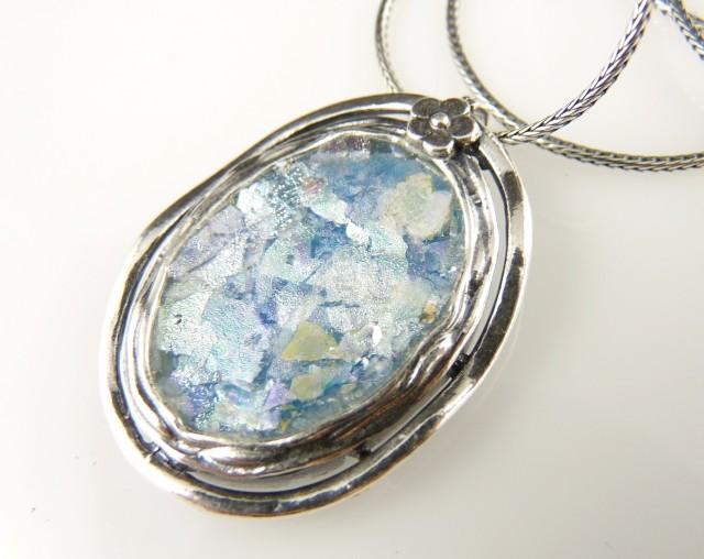 Imagini pentru bijuterii din sticla romana