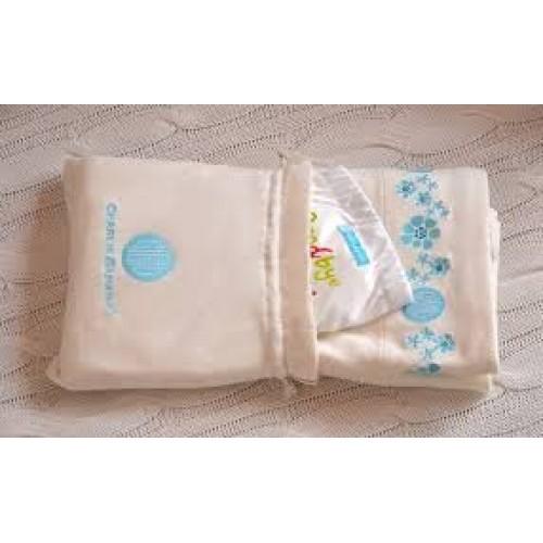 Set cadou pentru nou-nascut: o pătură din bumbac organic și un scutec textil Charlie Banana X-Small Hello Cloth