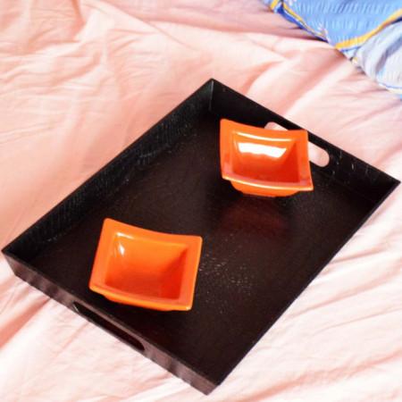 Set tava neagra pentru servire cu doua boluri portocalii incluse, Pufo