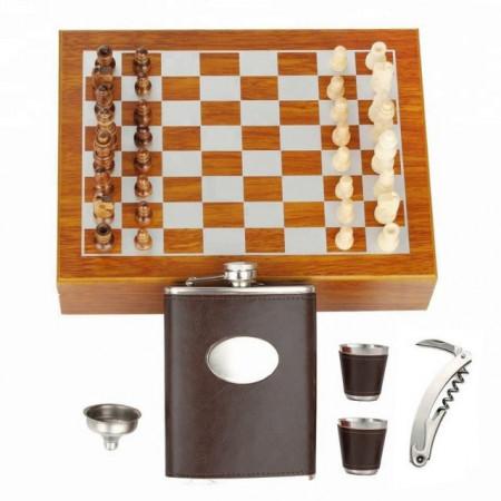Set format din 5 piese: Caseta din lemn cu 2 pahare, sticla whiskey, tirbuson si joc sah, maro inchis,Pufo