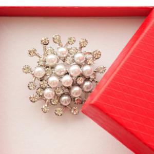 Brosa dama eleganta, model perle acrilice si pietricele, Elegant Pearls