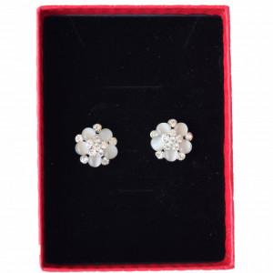 Cercei eleganti de dama in forma de floare cu pietricele, tip clips, model albi