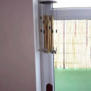 Clopotel de vant cu 6 tuburi sonore metalice aurii pentru casa sau gradina, model Feng-Shui cu 6 elefanti si monede