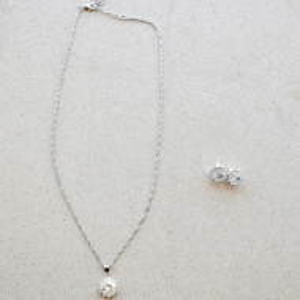 Set elegant argintiu, cercei si pandantiv cu piatra, alb