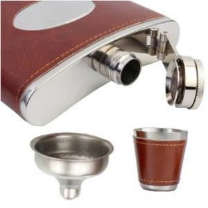 Set format din 4 piese: Caseta din lemn cu 4 pahare, sticla whiskey si joc sah, model Pufo Clasic, maro deschis