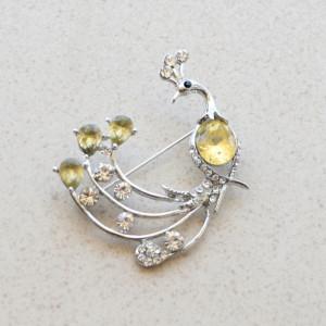 Brosa dama eleganta, model Paun argintiu cu cristale