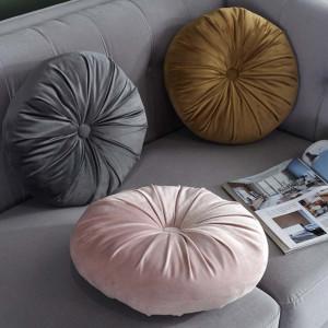 Perna decorativa rotunda Pufo din catifea cu buton, model Cuteness velvet, pentru canapea, pat, fotoliu, roz