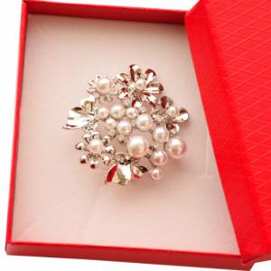 Brosa dama eleganta, model cu perle acrilice albe si fluturasi, argintiu