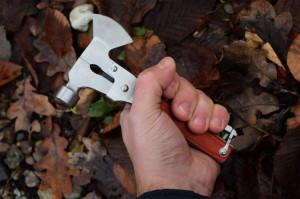 Pachet briceag toporisca multifunctionala pentru camping + prastie metalica de buzunar cu cauciuc natural, latex, rezistent
