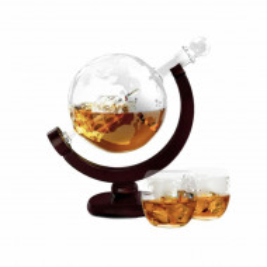 Set decantor cu doua pahare din sticla, model Glob Pamantesc, 850 ml, Pufo, suport lemn
