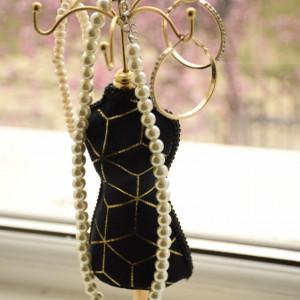 suport elegant din catifea pentru bijuterii