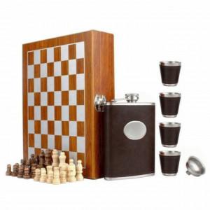 Set format din 4 piese, Caseta din lemn cu 4 pahare, sticla whiskey si joc sah, Pufo, maro inchis