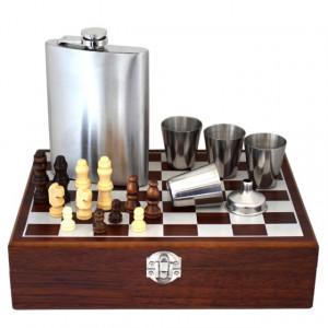 Set format din 4 piese: Caseta din lemn cu 4 pahare, sticla whiskey si joc sah, model Pufo Clasic