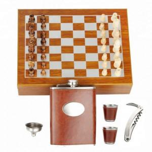 Set format din 5 piese: Caseta din lemn cu 2 pahare, sticla whiskey, tirbuson si joc sah, Pufo