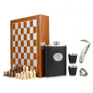 Set format din 5 piese: Caseta din lemn cu 2 pahare, sticla whiskey, tirbuson si joc sah, negru, Pufo