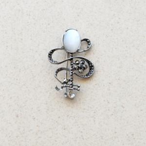 Brosa dama eleganta cu piatra ovala si pietricele, model Molding white