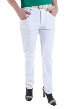 Pantaloni albi accesorizati cu o curea