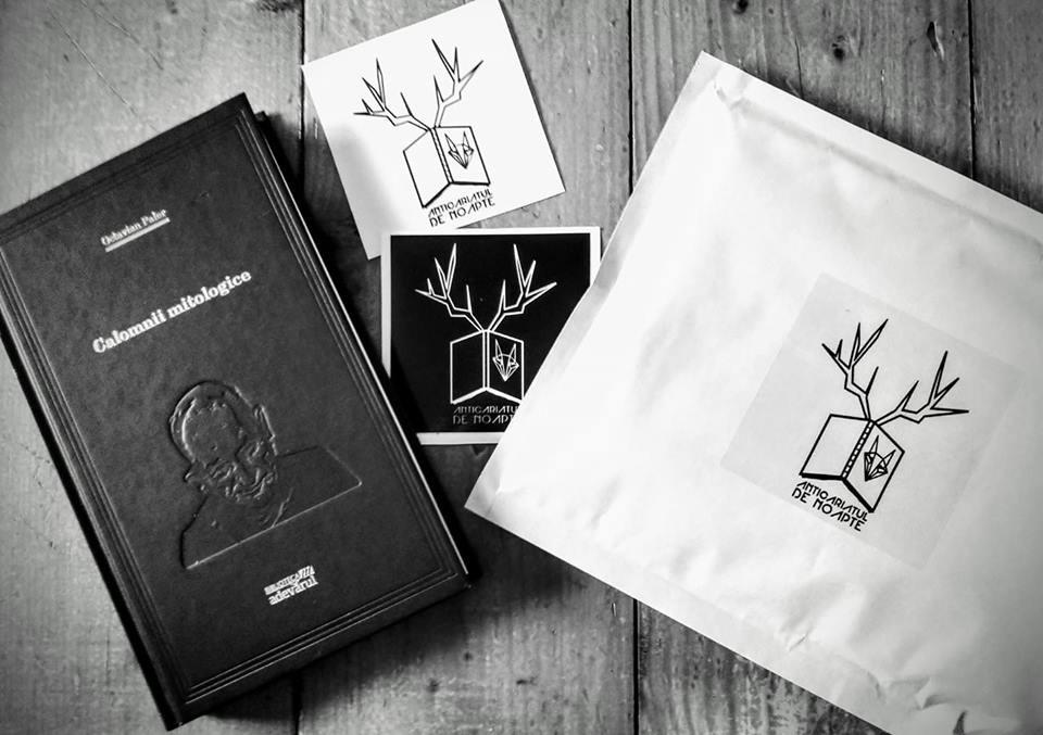 Comandă de la Anticariatul de noapte și primești 2 stickere cadou!