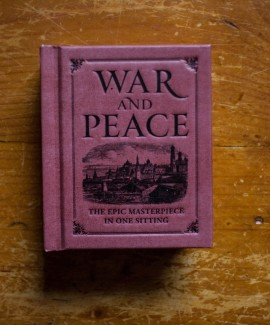 Leo Tolstoy - War and Peace: the epic masterpiece in one sitting (editie hardcover, format liliput)