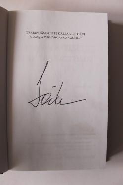 Traian Basescu in dialog cu Radu Moraru (Nasul) - Pe Calea Victoriei (editie hardcover, cu autograful lui Traian Basescu)