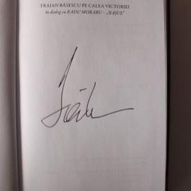 Traian Basescu in dialog cu Radu Moraru (Nasul) - Pe Calea Victoriei (cu autograful lui Traian Basescu)