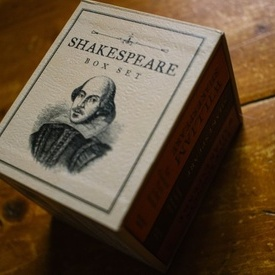 William Shakespeare - Box set (Love sonnets. The complete plays in one sitting. The Bard's guide to abuses and affronts) (3 vol., editii hardcover, format liliput)
