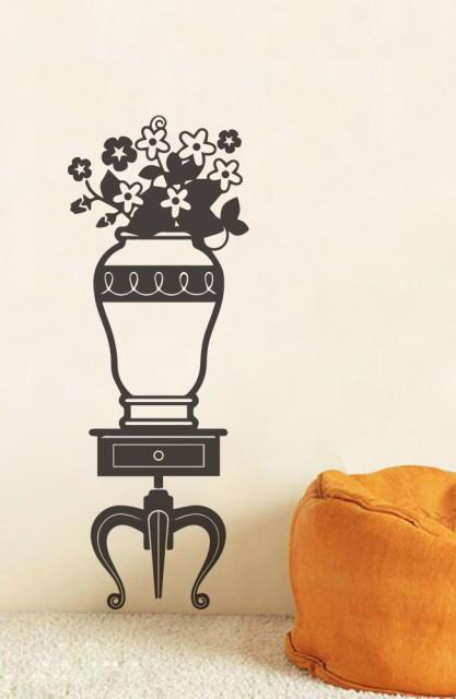Vaza cu flori pe mobila