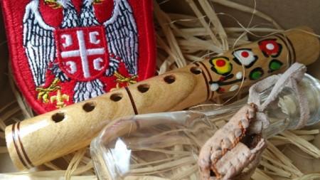 MALI SRPSKI DAROVI - SUVENIR box 2: frulica 13cm, Grb Srbije vezen amblem, opančići 3cm, čokanj