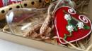 MALI SRPSKI DAROVI - SUVENIR box 3: frulica 13cm, Grb Srbije vezen amblem, licider srce, opančići 3cm, čokanj