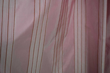 Draper bledo roze sa bordo prugama 1890
